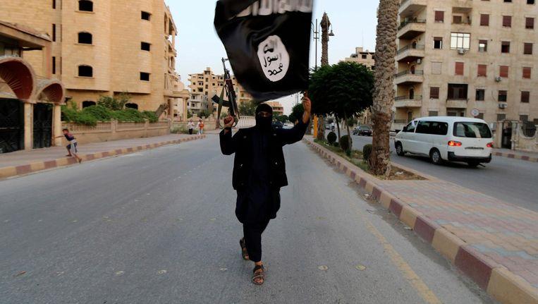 Een IS-strijder in Raqqa in 2014. Beeld reuters