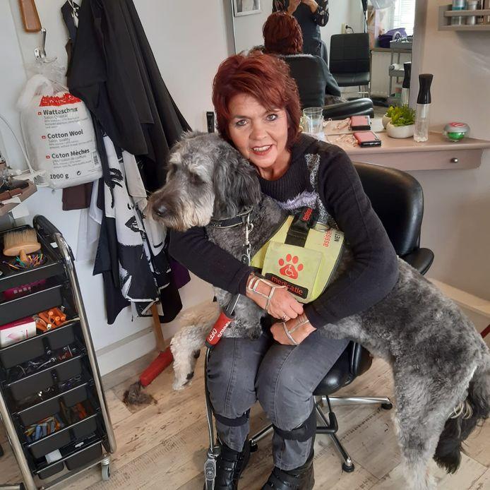 Ester Weststrate met haar assistentiehond Luuk die overal mee naar toe gaat. Ook naar de kapper.