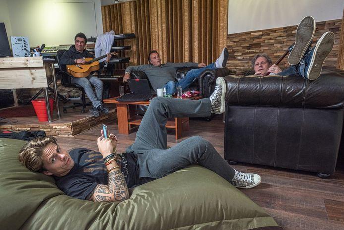 Andre Hazes jr. in Espelo aan het werk om nieuwe nummers te schrijven met z'n vaste team Marcel Fisser (l), Bram Koning (m) en Edwin van Hoevelaak (r).