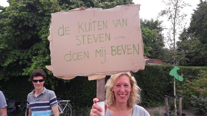 Berg en Dal: Carolien Terlier uit Delft met een bord voor Steven van de Meer uit Amsterdam.