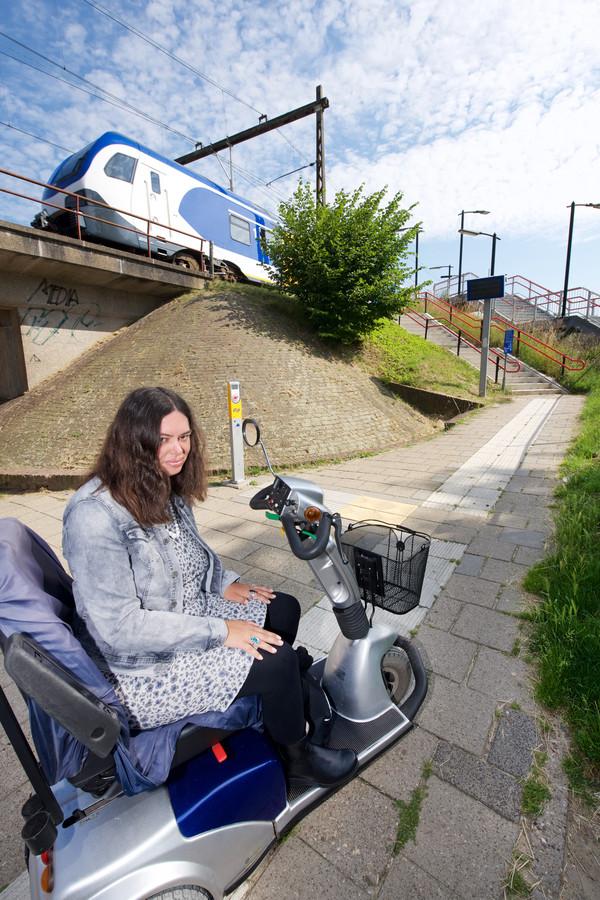 De nieuwe Sprinters zijn rolstoelvriendelijk, maar Geta Schnellen kan het perron niet op.