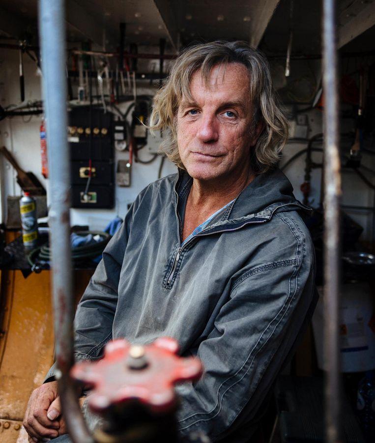 Scheepsrestaurateur Piet Dekker in de maschinekamer van zijn beurtschip Krommenie 1 Beeld Marc Driessen