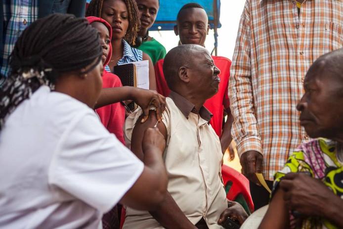 Vaccinatie tegen gele koorts in Kinshasa. foto Eduardo Soteras/AFP