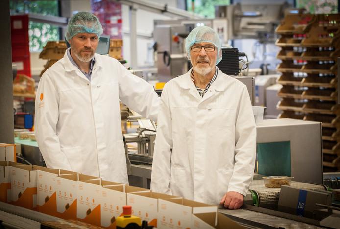 Jacques en Piet Van Strien in de fabriek.