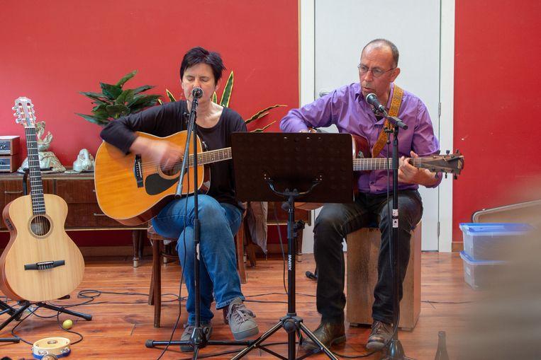 Wachten op een herstelbeurt is hier een lust met een gratis optreden van Pedro en Chris.