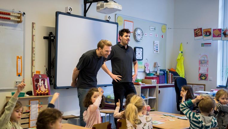 Groep 3 van de Peetersschool kreeg vandaag les van Mitchell Kippers (l) en Arno Bleeker, beiden geleend van de Willemsparkschool. Beeld Rink Hof