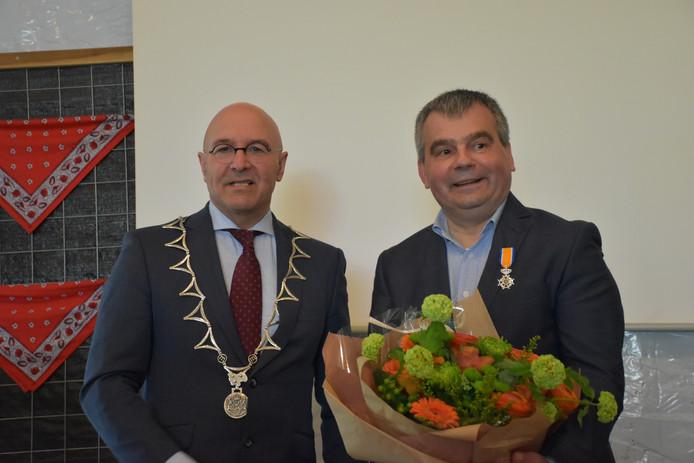 Burgemeester Kees van Rooij met gedecoreerde Jan van de Vossenberg.