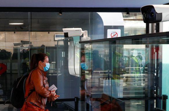 Elke passagier moet voortaan voorbij camera's lopen die de lichaamstemperatuur meten. Is die hoger dan 38 graden, dan kan de passagier de toegang tot de vertrekhal ontzegd worden.