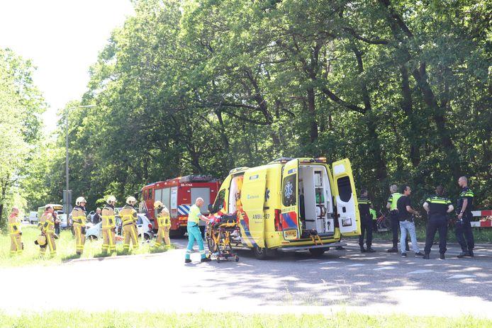 Bij een aanrijding op de afrit van de A50 in Apeldoorn, belandde één auto in de berm en één in het bos. De beknelde en verwonde personen in een kleine auto in de berm zijn bevrijd door de brandweer en met de ambulance naar het ziekenhuis gebracht.