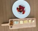 De desserts bij Ingenhousz: een kaasplankje en een gerecht met o.a. rode vruchten en een vanille parfait.