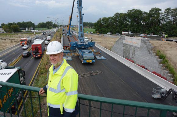 Bob Van der Steen bij de kranen die vrijdag de brug over de snelweg zullen plaatsen.