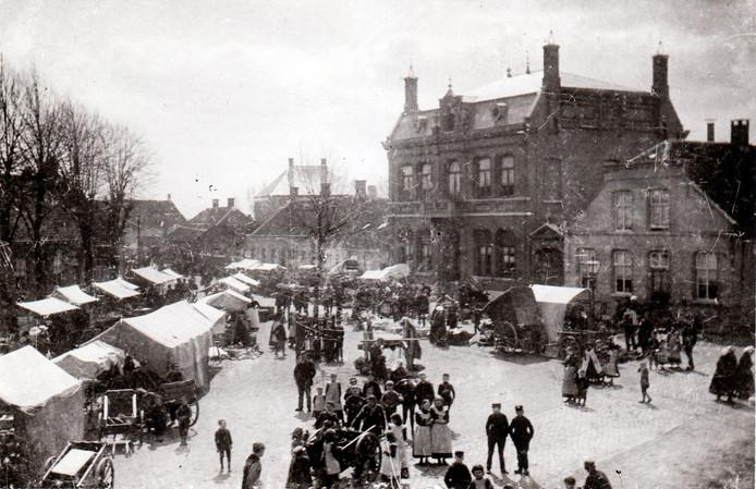 Markt op de Heuvel in Geldrop (1895).
