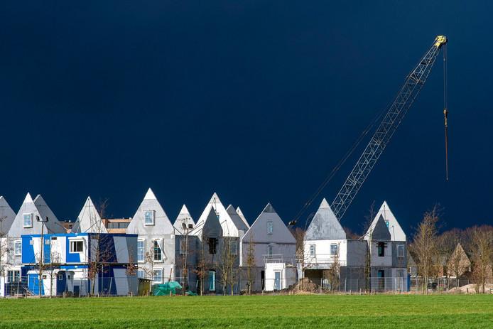 Bouw van nieuwe woningen in Buurt aan de Weide, in stadsuitbreiding Schuytgraaf in Arnhem.