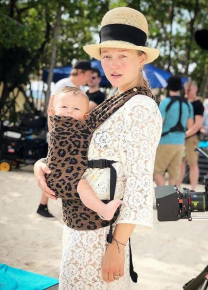 Carolien met haar zeven maanden oude baby Otis.