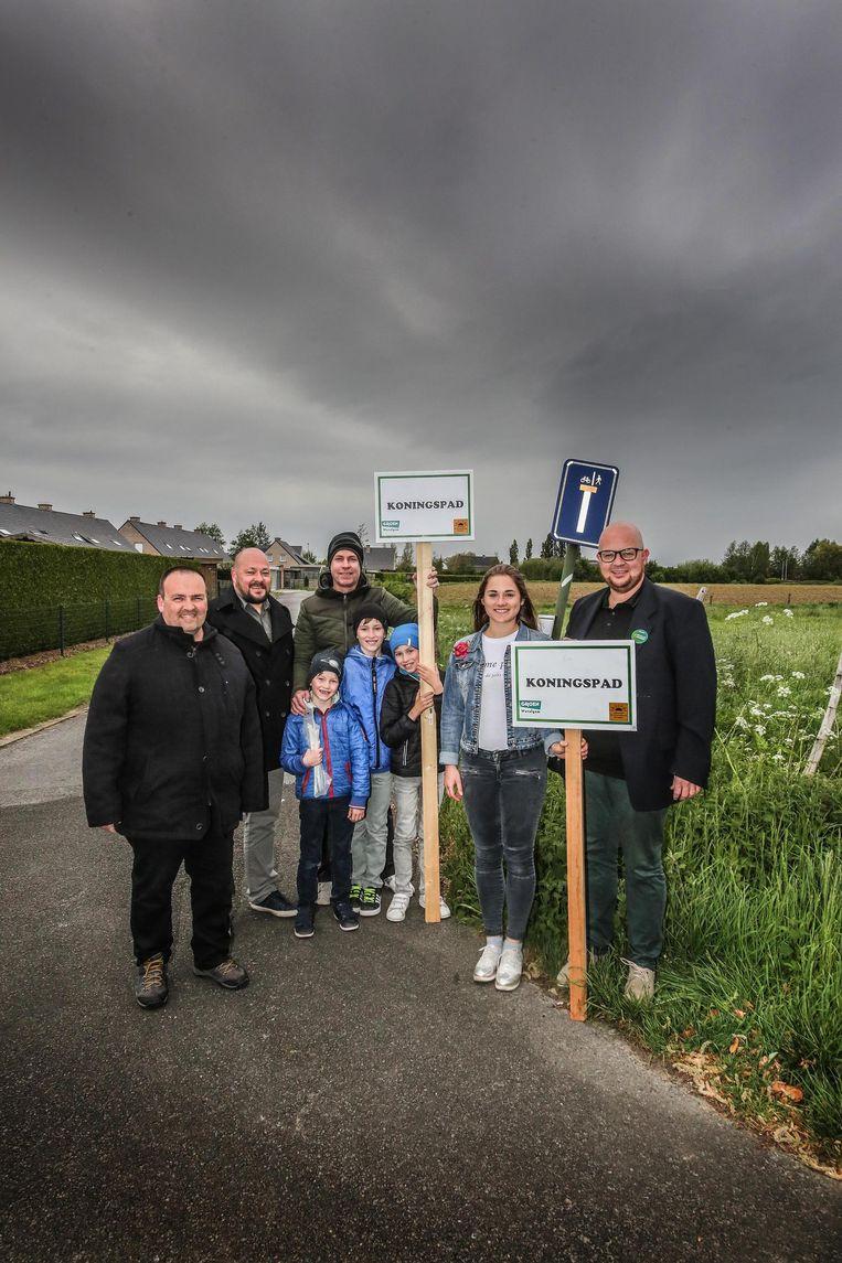 Inwoners van de wijk De Zwaenebloeme maakten straatnaambordjes voor het Koningspad.