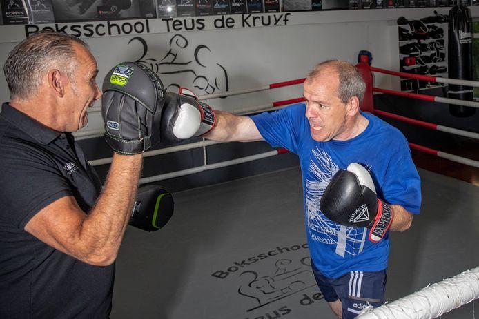 Sportwethouder Gert-Jan Schotanus (rechts) in actie met boksschoolhouder Teus de Kruyf.