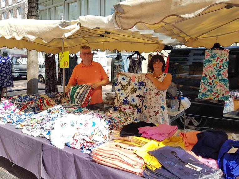 Wilfried en Nicole verkopen fleurige zomerjurken op de markt in Genk.