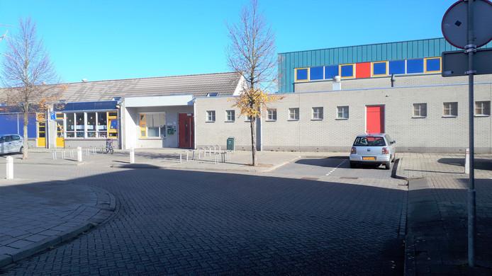 Dagelijks staan er in de bocht voor de hoofdingang van Lodijke auto's geparkeerd als de school in- of uitgaat.