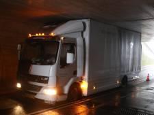 Vrachtwagen zit vast onder tunnel in Barneveld