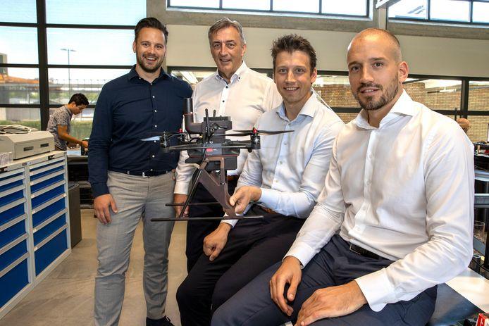 Sven, Paul, Tom en Lars Krieckaert  (van links naar rechts) op de werkvloer van Avular in Eindhoven.