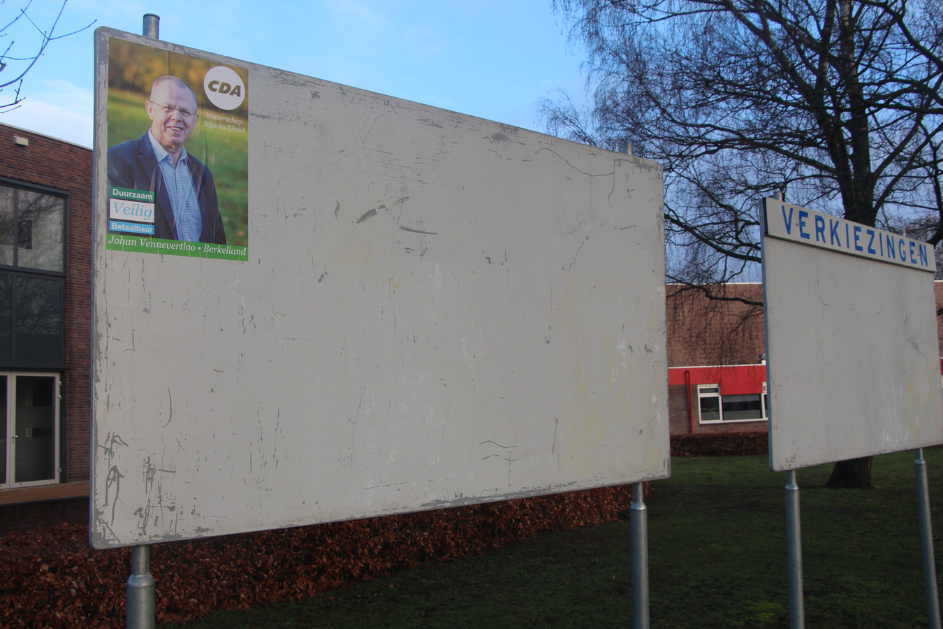 Verkiezingsbord bij 't Spieker in Eibergen, met Johan Vennevertloo op CDA-affiche voor de waterschapsverkiezingen van maart.