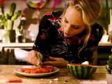 Nicolette Kluijver laat zien hoe je simpele kerstboompjes van watermeloen maakt