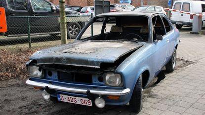 Oldtimer brandt uit op parking