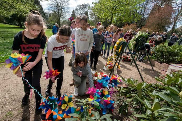 Schoolkinderen leggen (kunst)bloemen bij het oorlogsmonument in het Carolinapark in Dieren.