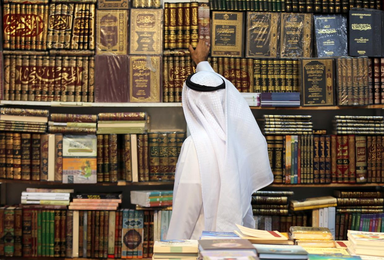Een Koeweiter tijdens de internationale boekenbeurs in Koeweit-stad in 2017.