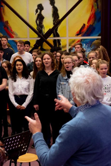 Zeemanskoor in Ugchelen krijgt op podium hulp van zingende scholieren