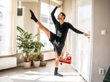 Balletoefeningen met de deurknop als barre door coronacrisis