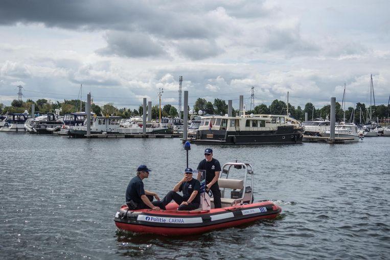 De politieboot zal voortaan een oogje in het zeil houden aan Jachthaven de Spaanjerd in Kinrooi.