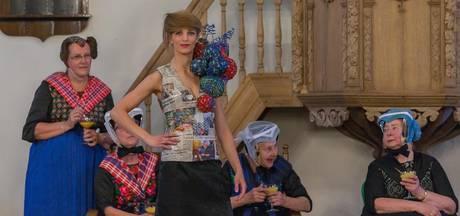 Staphorster klederdracht in modern jasje op de Catwalk