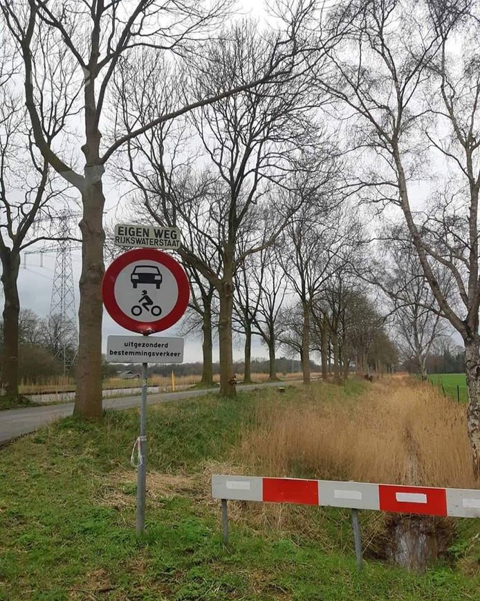 De Kanaaldijk is verboden voor gemotoriseerd verkeer. Maar veel mensen gebruiken de weg als sluiproute.
