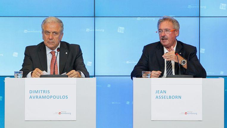 Europees Commissaris Avramopoulos (Migratie, links) sprak over een 'belangrijke en historische stap'. Beeld null