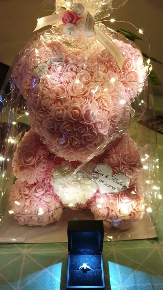 De zelfgemaakte beer van kunststof rozen