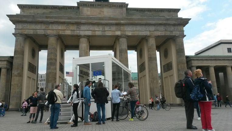 Lezen voor het oog der natie in de cabine bij de Brandenburger Tor. Beeld