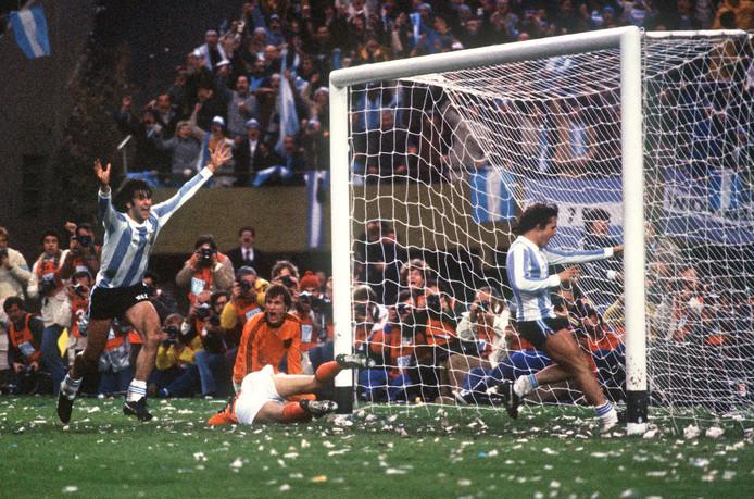 Argentinië bejubelt de 2-1 van Mario Kempes. Jan Poortvliet en Wim Suurbier (liggend) treuren.