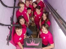 Enschedese huisgenoten bootsen Alpe d'Huez-beklimming na in roze studentenhuis
