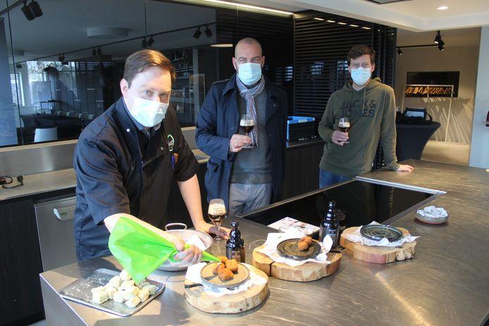 Jurgen Rysselare is zijn Meetjeslands menu al aan het uitproberen. De mannen van Van Steenberge en Mmm...eetjesland kwamen voorproeven.