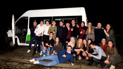 Burgemeester Michel Doomst kruipt nog eens in zijn busje om feestvierders naar huis te brengen