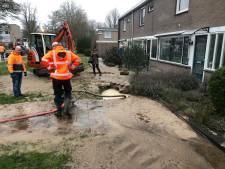 Breuk in waterleiding Apeldoorn hindert watertoevoer, brandweer legt zand voor woning