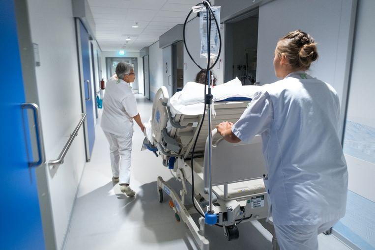 Een zwangere vrouw wordt naar de OK gereden voor de geboorte van haar kind. De verpleegsters rijden de wagen door de gangen van het Hagaziekenhuis.  Beeld Najib Nafid