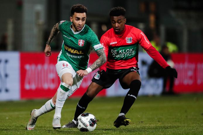 Mike Trésor Ndayishimiye in duel met Brandon Ormonde Ottewill  van FC Dordrecht.
