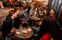 Een groepje Brusselaars op het terras van café Le Roi des Belges.