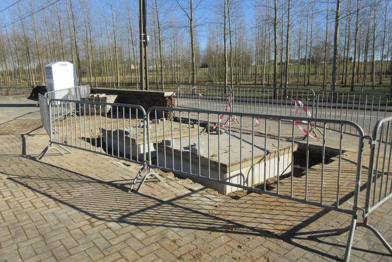Hier aan jeugdhuis De Zwik komen twee ondergrondse glascontainers.