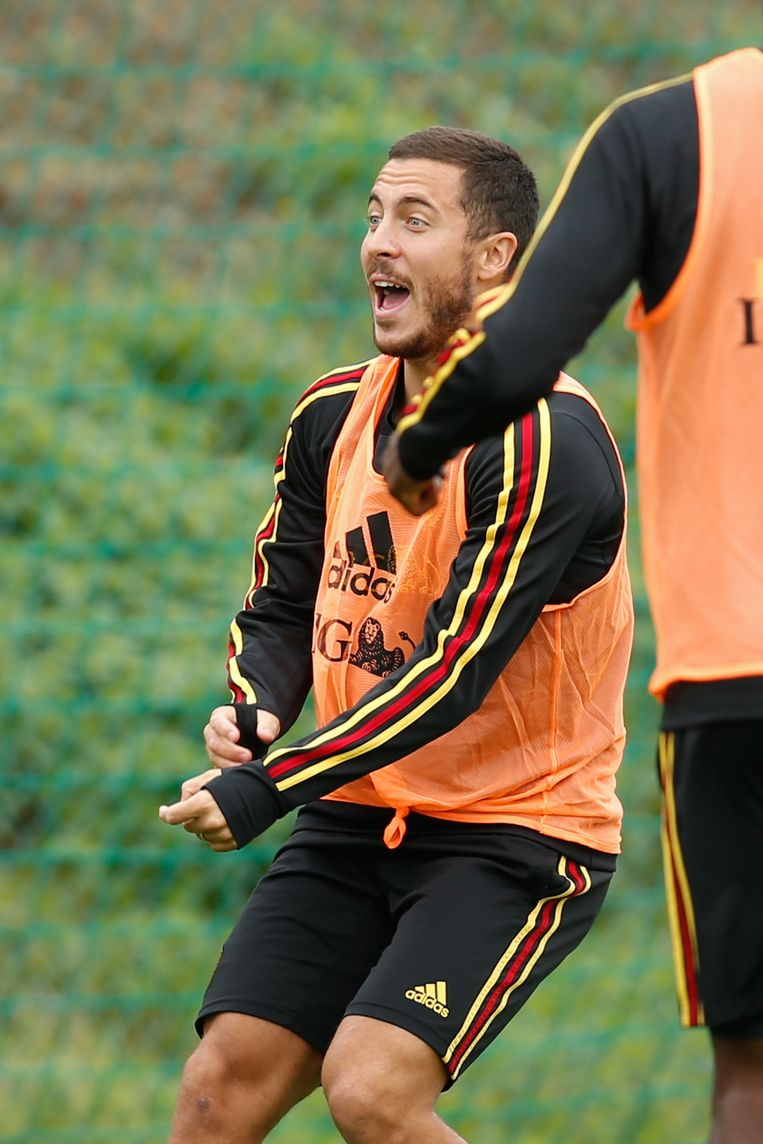 Eden Hazard dollend op training.