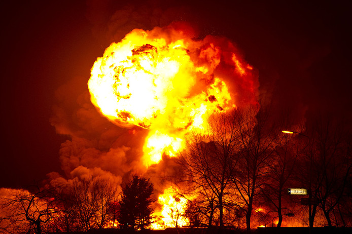 Explosie bij de brand op het terrein van Chemie-Pack, in Moerdijk.