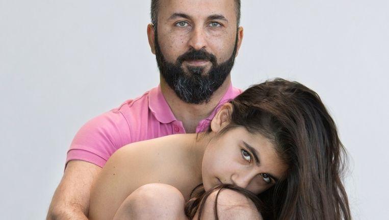 Ayhan Dincer (38) vindt dat zijn dochter Duru (10) precies zo mag zijn als alle andere Nederlandse meisjes. Beeld Cigdem Yuksel