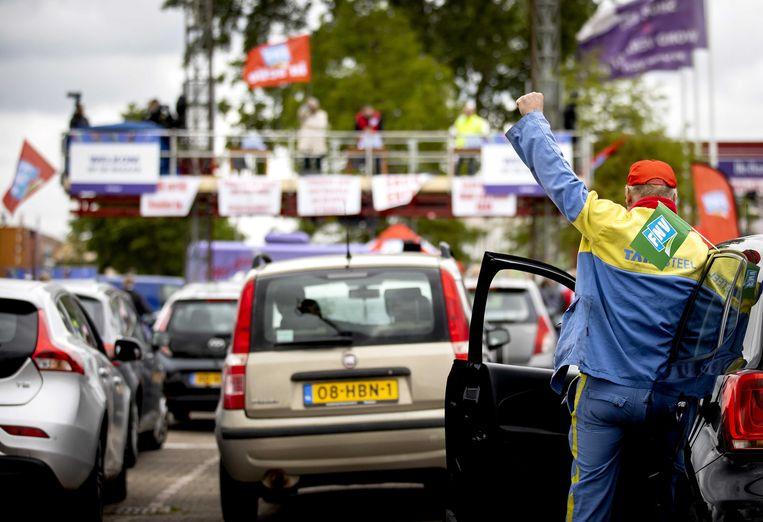 Medewerkers van Tata Steel tijdens een drive-in-ledenvergadering op de parkeerplaats van De Bazaar in Beverwijk.  Beeld ANP